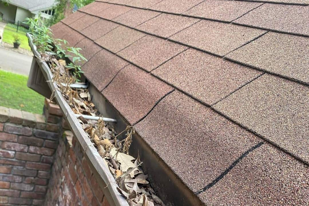 Guide on Cleaning Gutters With Blower